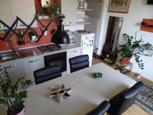 dormoatorino-casa-emma-tavolo-cucina-lampada