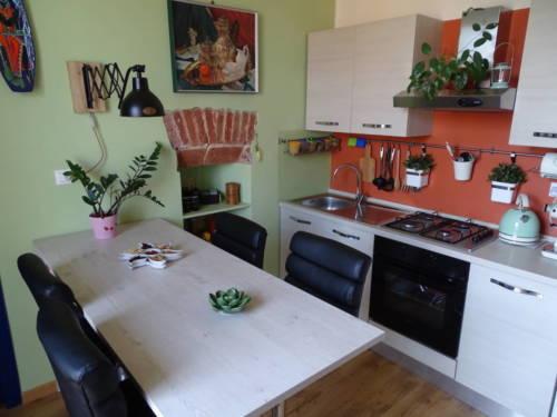 dormoatorino-casa-emma-tavolo-cucina